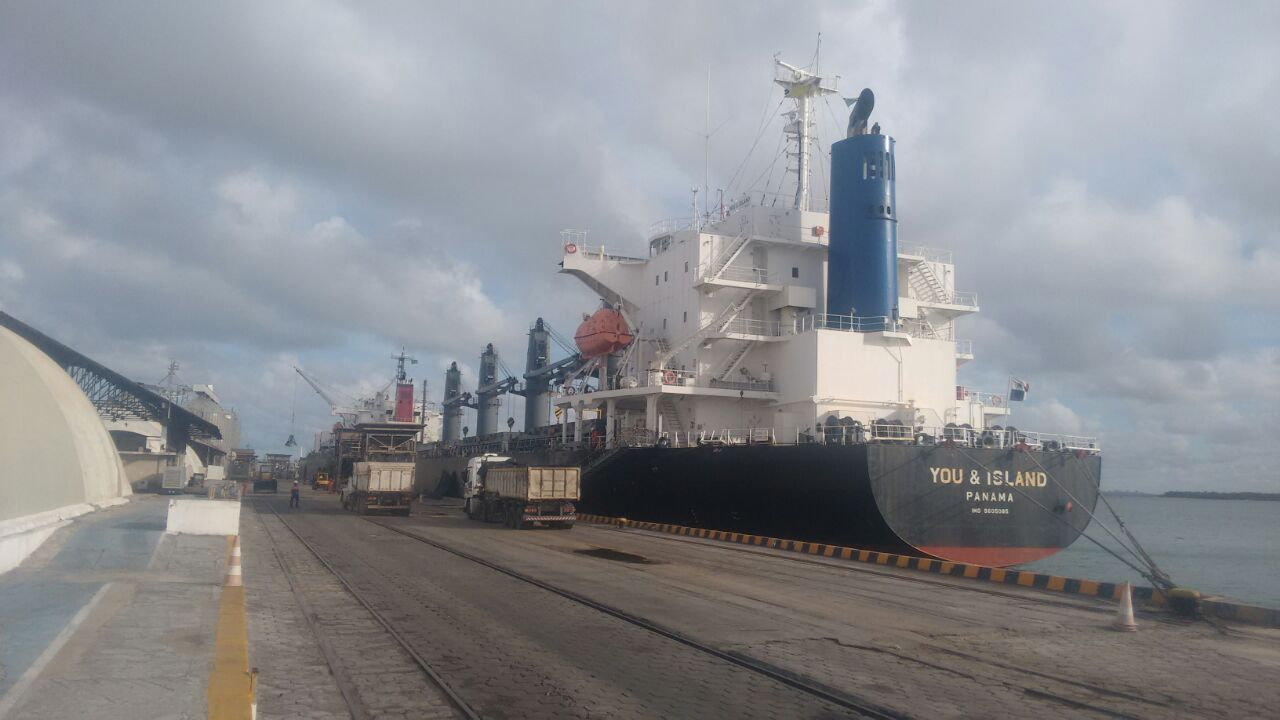 navio You & Island decarregando petcoke