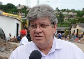 joao azevedo entrevistado foto walter rafael 9 270x191 - Ricardo visita obras de pavimentação de ruas do Distrito Mecânico de João Pessoa