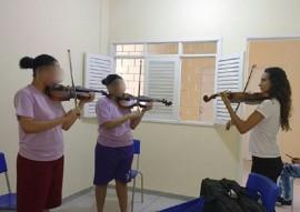 projeto prima trabalha com jovens do sitema sea cej 1 270x191 - Prima ministra aula de violino e violoncelo para adolescentes da Casa Educativa