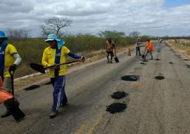 der tapa buraco 1 270x191 - DER realiza serviços de conservação em mais 859 km de rodovias no Estado