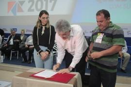 feira patos2 foto Alberi Pontes 270x180 - Ricardo libera mais de R$ 1 milhão em créditos e entrega motos para empreendedores do Sertão
