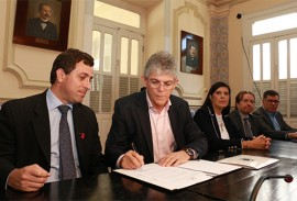 ricardo assina ato do icms foto francisco franca 2 270x183 - Ricardo envia projeto à AL que vai beneficiar mais de 23,9 mil microempresas com redução de impostos