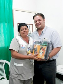 O diretor geral da Maternidade Dr. Umberto entregou um dos brindes sorteados 202x270 - Primeiro dia da SIPAT movimenta Maternidadede Patos com muitas atividades e ações