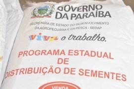 distribuição sementes2 270x179 - Governo do Estado começa distribuição de sementes para 60 mil agricultores