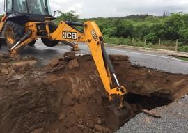 der governo restaura estrada atingida por chuva em barra de sao miguel PB 196 2 270x191 - DER recupera pista danificada em Barra de São Miguel e tráfego será normalizado em 15 dias