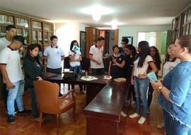 """estudantes na biblioteca do museu da FCJA1 270x191 - Alunos da rede estadual iniciam visita do projeto """"A Escola vai à Fundação Casa de José Américo"""""""