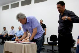 ricardo entrega a cartilha das escolas estaduais_foto jose marques (1)