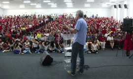 ricardo entrega a cartilha das escolas estaduais_foto jose marques (2)