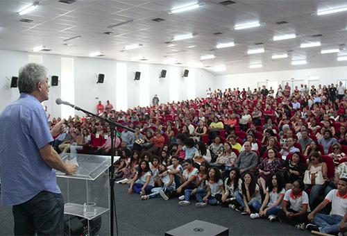ricardo entrega a cartilha das escolas estaduais_foto jose marques (3)