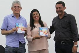 ricardo entrega a cartilha das escolas estaduais_foto jose marques (4)