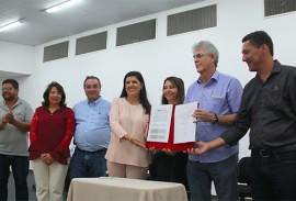 ricardo entrega a cartilha das escolas estaduais_foto jose marques (5)
