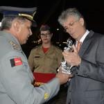 governador ricardo condecorado pelo bombeiro_foto walter rafael