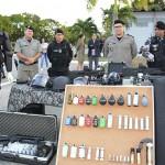 gricardo e autoridades obseervam armamento_foto walter rafael (2)